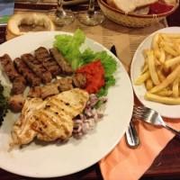 Manger des cevapcici dans un restaurant en plein air un soir d'été à l'intérieur de l'enceinte des fortifications de Trogir