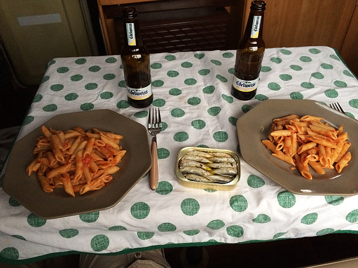 Pates sauce tomate et basilic accompagnées de délicieuses sardines à l'huile d'olive