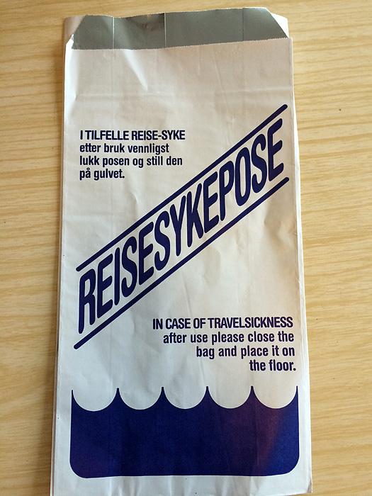 Les sacs à vomis également disponibles sur le ferry (on avait les mêmes sur le bateau hier).