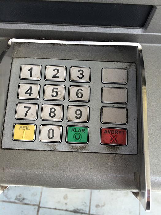a chaque fois que je retire de l'argent, je saisis mon code et appuie systématiquement sur la touche « annuler » ce qui a pour effet d'annuler la transaction et de recracher ma carte. Chez nous, la touche la plus à droite, en bas, est la touche « valider »…