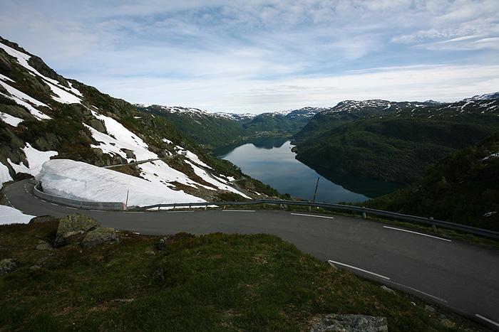 La route descend rapidement dans la vallée