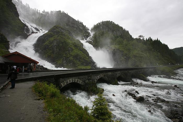 Deux énormes chutes d'eau passent juste à côté de la route