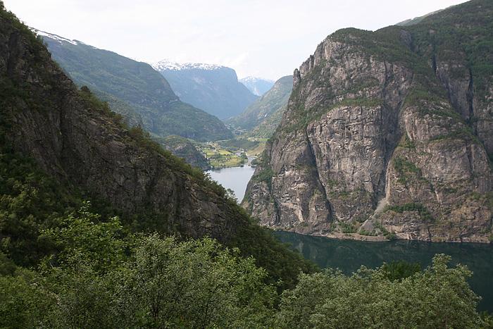 La route redescend vers le Sognefjorden