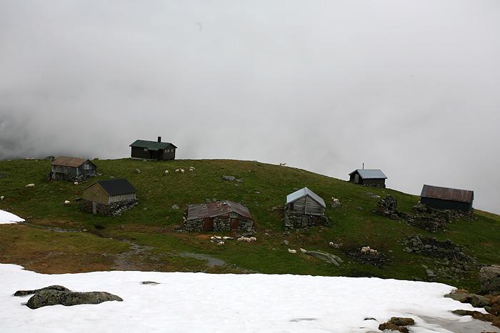 Quelques cabanes de bergers sur le bord de la falaise