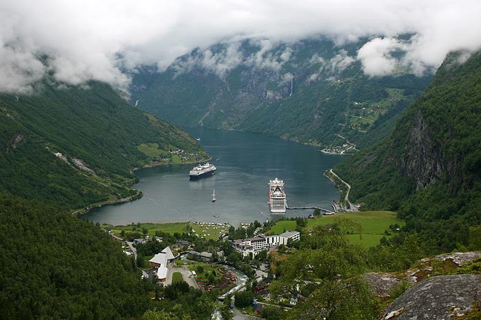 Le village de Geiranger avec deux énormes bateaux de croisière