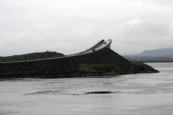 Puis nous apercevons ce célèbre pont à la forme si spéciale.