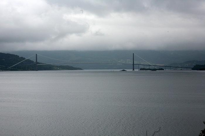 le pont de la route principale qui mène à Kristiansund