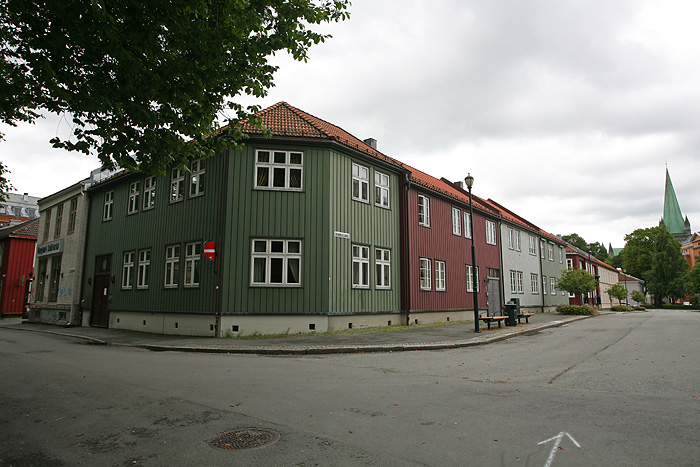 avec de belles maisons en bois.