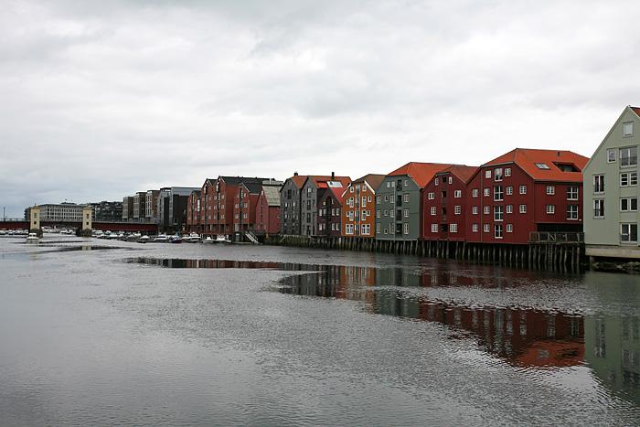 la vue depuis le vieux pont sur les anciens entrepôts. Les plus anciens bâtiments datent du 18ème siècle