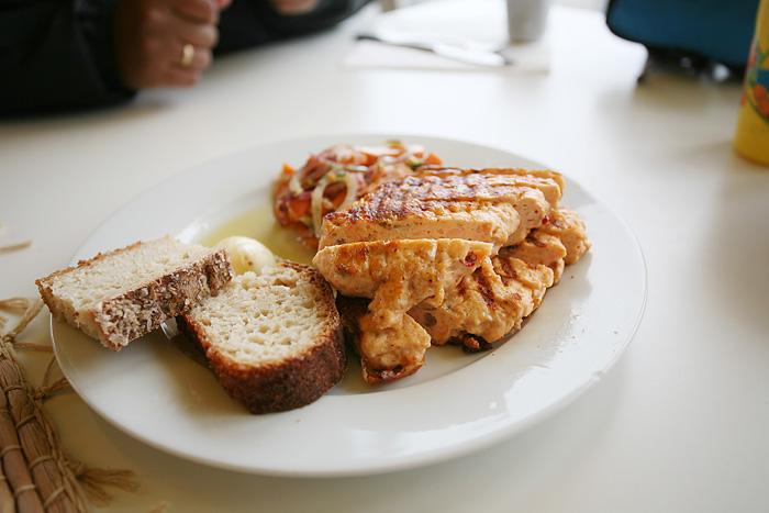 Pour la p'tite ils ont préparé spécialement pour elle (ce n'était pas sur le menu) un petit steak de poissons (saumon) avec des légumes.