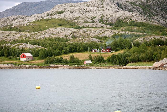 des maisons isolées sur des petites îles