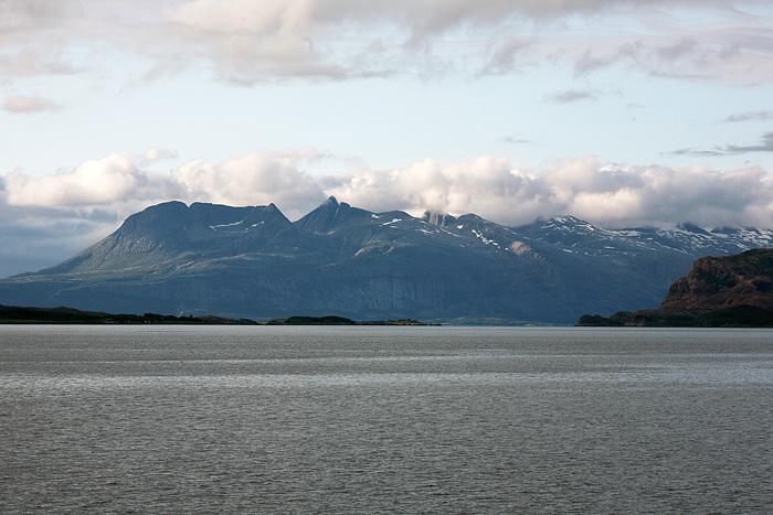 au loin : la montagne des 7 sœurs. Il s'agit d'une montagne avec 7 sommets à 900 – 1100m, alignés. Il parait que les gars bien entraînés les gravissent tous en une journée !