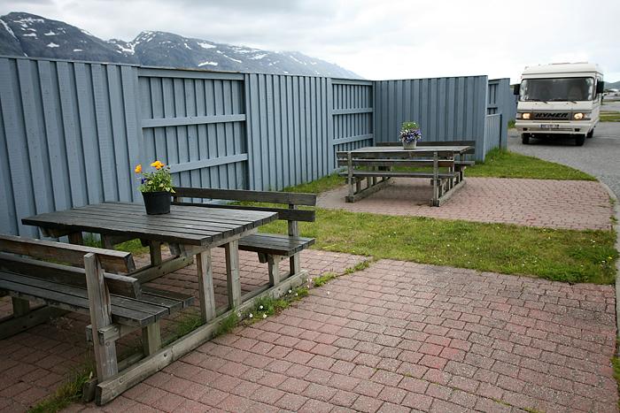 ils sont forts ces norvégiens : il y'a carrément des pots de flowers sur les tables de picnic !