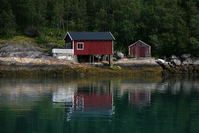 Le gars s'est dit « je vais construire ma cabane au bord de l'eau, peu importe ce que ça implique ». Et il l'a fait (sur pilotis).