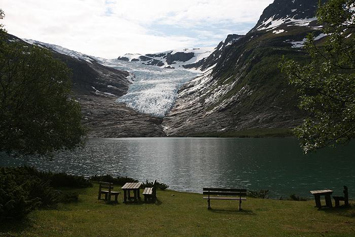 Le glacier est tellement grand qu'on a l'impression qu'il arrive presque au niveau de l'eau