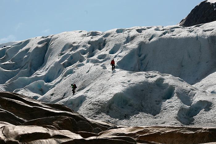 en nous rapprochant, on voit des gens qui marchent carrément sur le glacier.