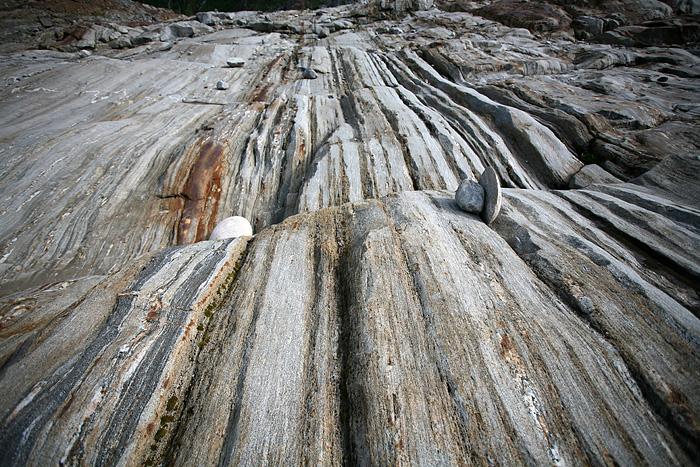 les stries laissées par le glacier sur la roche laissent deviner la force et la puissance de ce dernier