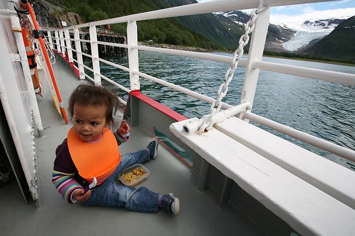 Elle continue à manger avec vue sur le glacier