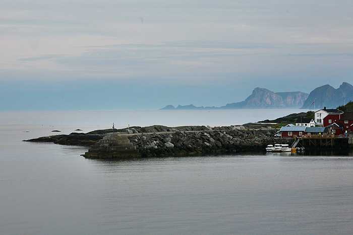 et derrière, les îles Rost et Vaeroy