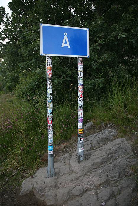 des gens se sont amusés à décorer le panneau d'entrée du village