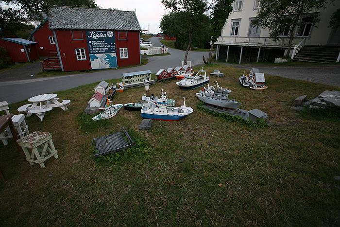 des maquettes de bateau, probablement en cours de nettoyage pour l'un des musées
