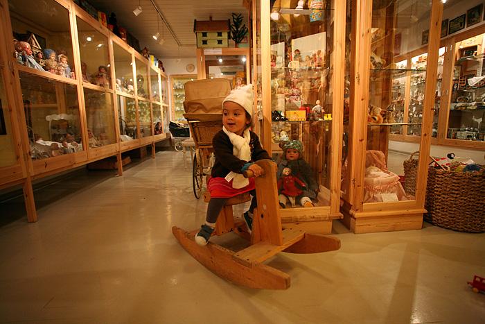 Eden s'éclate avec quelques jouets mis à disposition des enfants