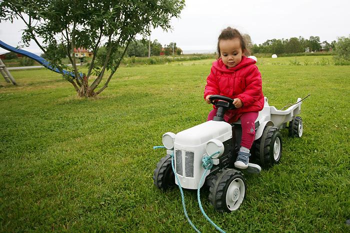 mais ses animaux favoris ce sont les tracteurs. Les petits…