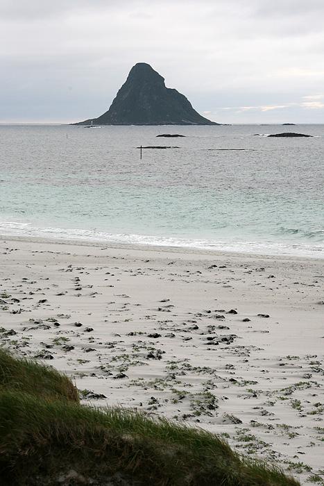 et cette montagne toute seule dans la mer