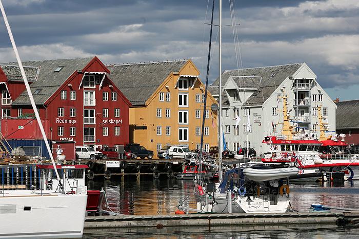 quelques bâtiments en bord de mer