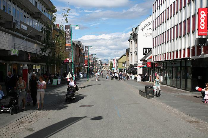 et la fameuse rue piétonne, très animée avec ce beau temps