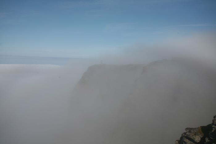 Depuis la falaise devant le camion on doit voir sur la falaise d'en face, le symbole du Cap Nord : le globe. Vous voyez quelque chose, vous ?