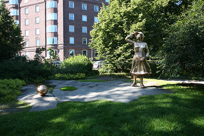 Dans le parc kaivopuitso. Une statue d'une dame qui cherche son ballon en l'air, alors qu'il est par terre...