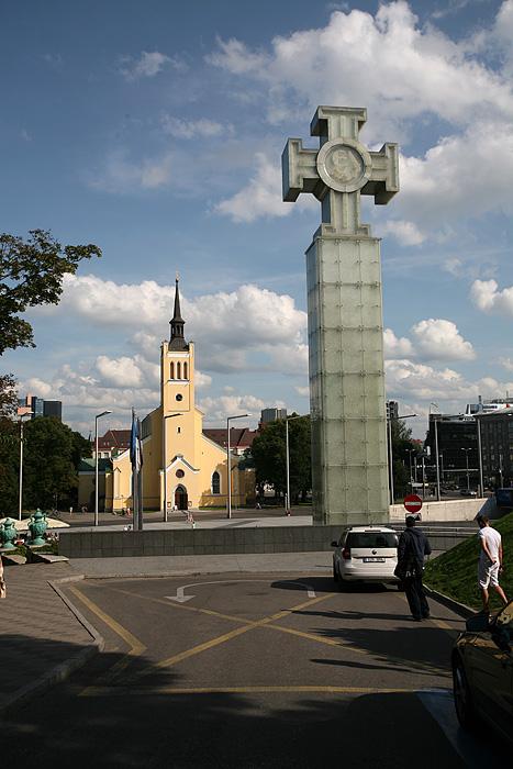 La croix de verre commémore la guerre d'indépendance de l'Estonie entre 1918 et 1920