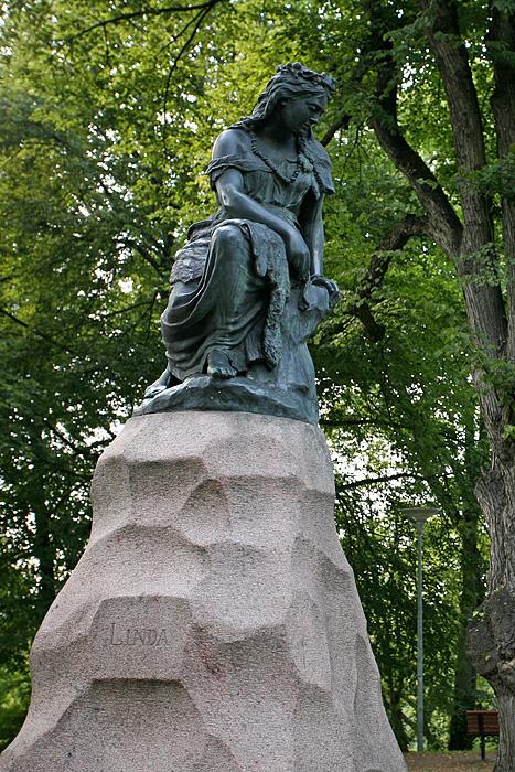 Un peu plus loin, dans un parc, la statue de Linda