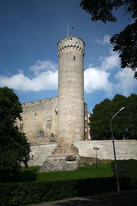 Depuis le parc on a une belle vue sur Pikk Hermann, la plus belle des 3 tours encore debout du chateau de toompea, aujoursd'hui reconverti en Parlement de l'Estonie