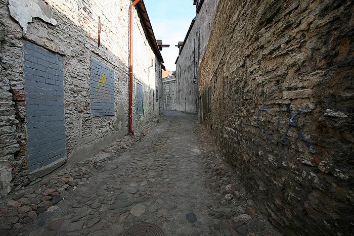 On rentre à nouveau dans la ville et on passe par de petites ruelles en pavés