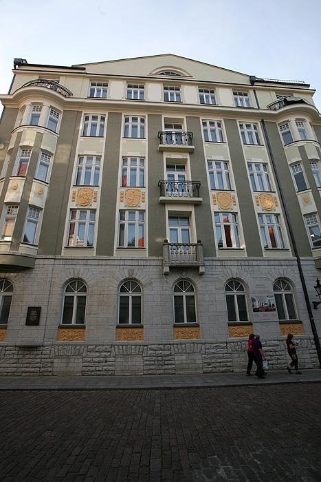 """Le quartier général de l'ancien KGB. Les fenêtres du rez-de-chaussée ont été murées pour qu'aucun passant n'entende les cris qui s'en échappaient. Sur la plaque commémorative sur le bâtiment il est écrit : """"Ce bâtiment abritait les bureau de l'organe de répression du pouvoir d'occupation soviétique. Ici commença le chemin de souffrance pour des milliers d'Estoniens""""."""