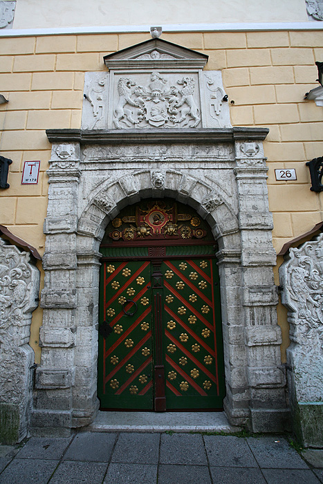 La porte d'entrée du bâtiment de la confrérie des têtes noires