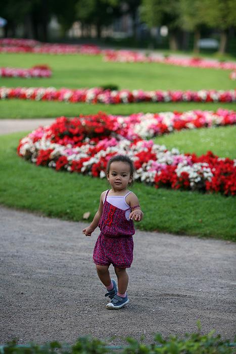 Eden pose au milieu des fleurs