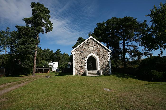 A l'entrée du village, une chapelle a été transformée en salle d'exposition