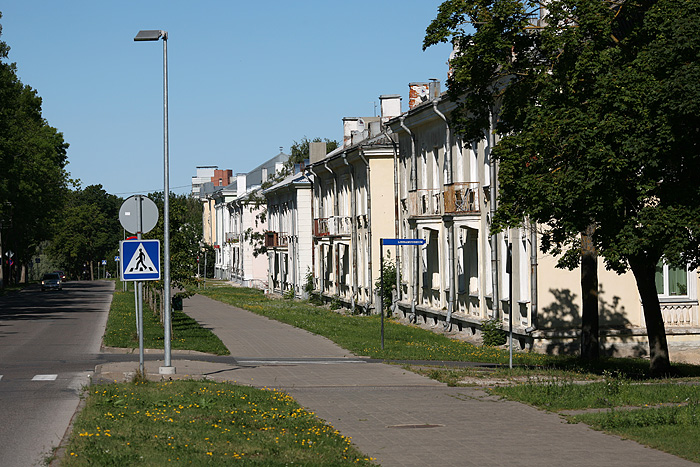 L'alignement des maisons de style soviétique est impressionnant