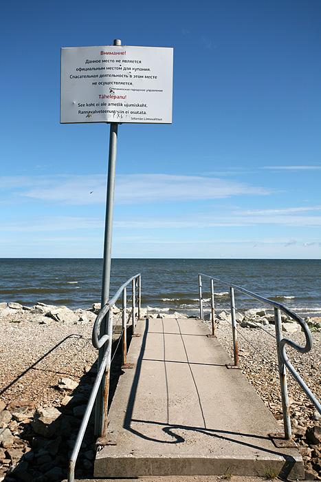 J'ose m'aventurer près de la plage. Un panneau d'avertissement en Russe et Estonien me prévient de quelque chose (mais quoi ?). Je pense de suite aux indications du Lonely sur les déchets radioactifs dans l'étang au nord ouest de la ville (on est au nord ouest, et il y'a un petit étang). Après vérification sur internet le soir en rentrant, c'était simplement pour dire que la plage n'était pas surveillée.