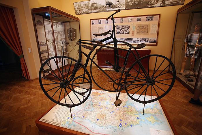 Les premiers vélos Estoniens. Pas de freins, pas de gomme sur les roues...