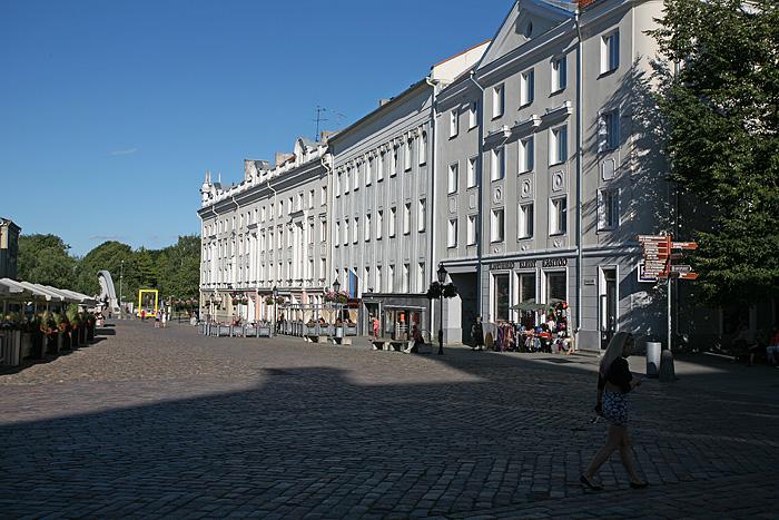 Et les belles maisons alignées sur la place centrale