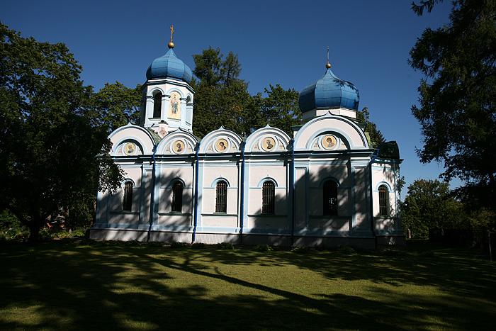 On passe à côté de cette belle église orthodoxe