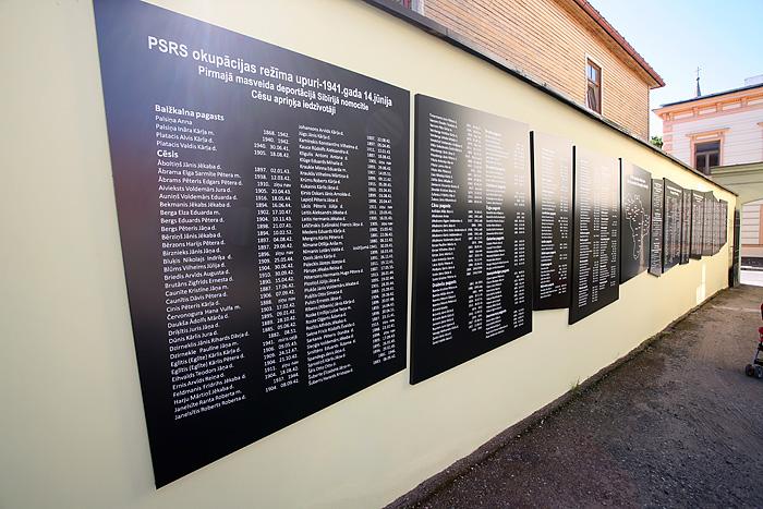 """Devant le poste de police en face de l'ancien bâtiment du KGB, des plaques rappellent que """"pendant l'occupation Russe, de 1940 à 1990, 4703 habitants de Cesis ont été sujets à des répressions, parmi ceux-la 643 ont été tués."""