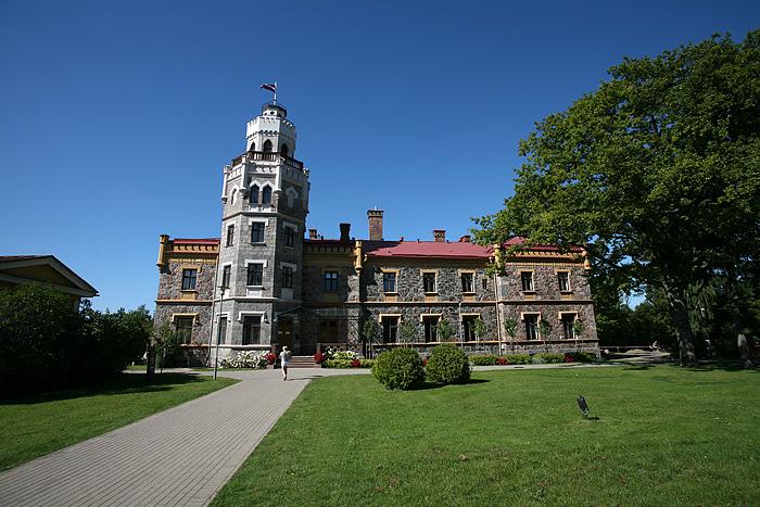 """Et le voici ce """"nouveau château"""". Il a été construit au 19ème siècle comme résidence secondaire d'un prince Russe. Il est toujours habité par les descendants du prince."""