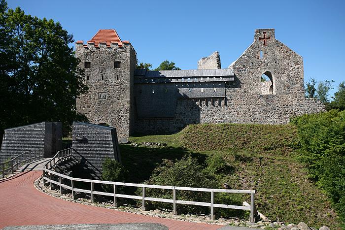 Juste derrière se dresse le château médiéval de Sigulda