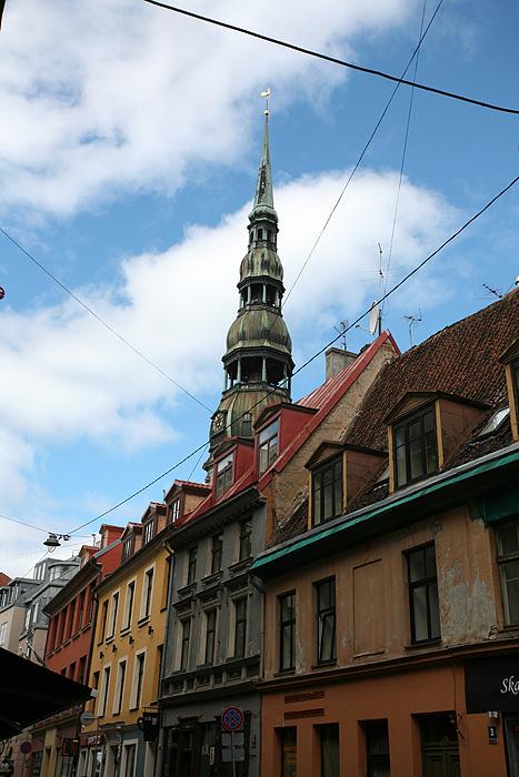 où qu'on aille on voit toujours le clocher de l'église St-Pierre qui dépasse au dessus des toits de Riga