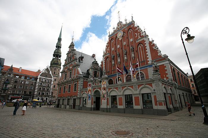 La maison des têtes noires. Il s'agit de la guilde qu'on a déjà vue à Tallinn (les marchands célibataires allemands